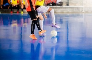 Mænd spiller futsal