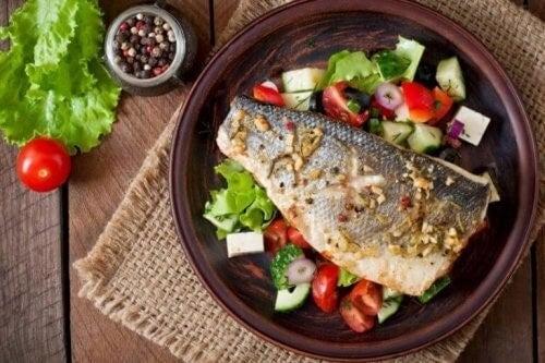 En tallerken med fisk og salat