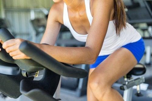 Skal man fokusere på bodybuilding eller cardio hvis man vil tabe sig?