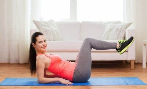 Kvinde træner for en veldefineret mave