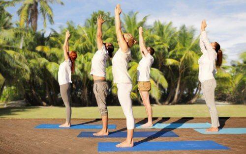 kvinder der laver yoga udenfor