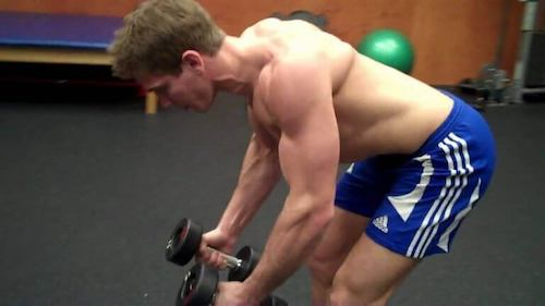 Mand træner foroverbøjede rows