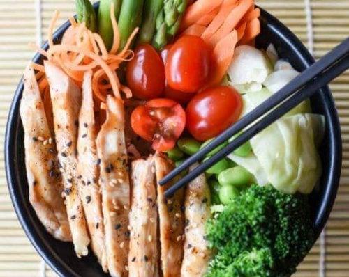 skål med salat og kylling