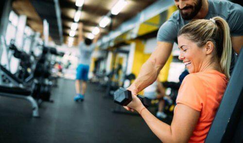 Kvinde får tonede arme med vægte