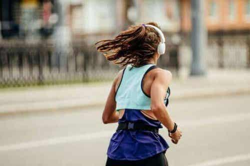 Fordele og ulemper ved at løbe i by og bjerge