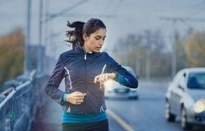 Kvindelig løber ser på sit ur