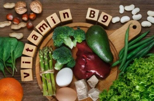 grøntsager og nødder på et bord