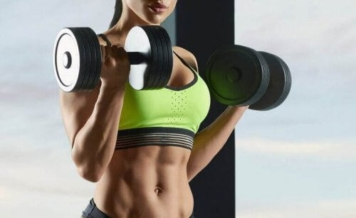 Kvinde træner med håndvægte