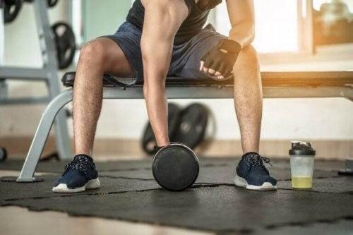 Mand træner i fitnesscenter