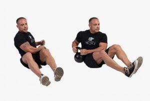 mand træner fra side til side med kettlebell