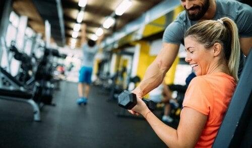 Kvinde får hjælp af personlig træner