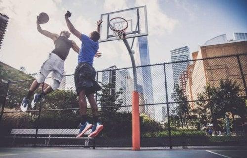 mænd der spiller basketball