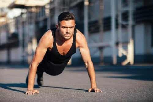 Armbøjninger til at træne dine triceps og brystmuskler