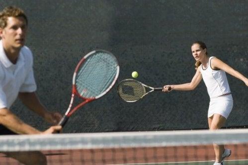 mand og kvinder der spiller tennis