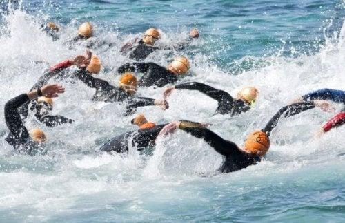 mange folk der svømmer