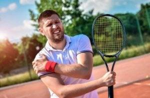 tennisspiller med ondt i skulderen