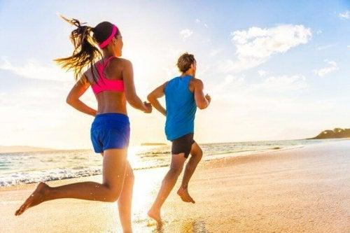 par der løber på stranden