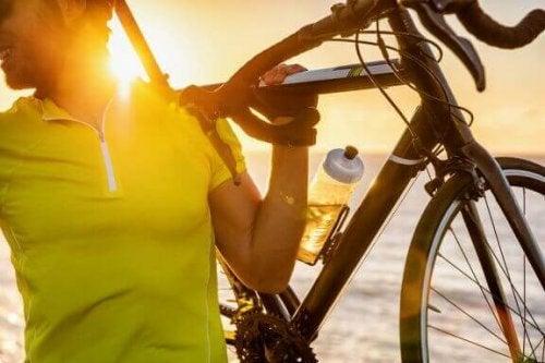 mand der bærer cykel på skulder