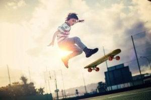 dreng laver tricks på sit skateboard