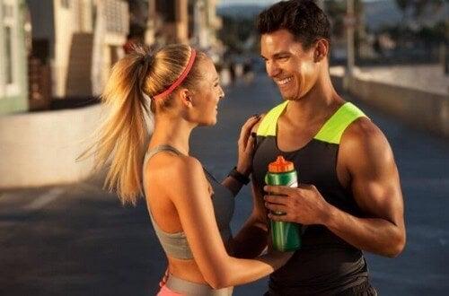 Træningspar smiler til hinanden
