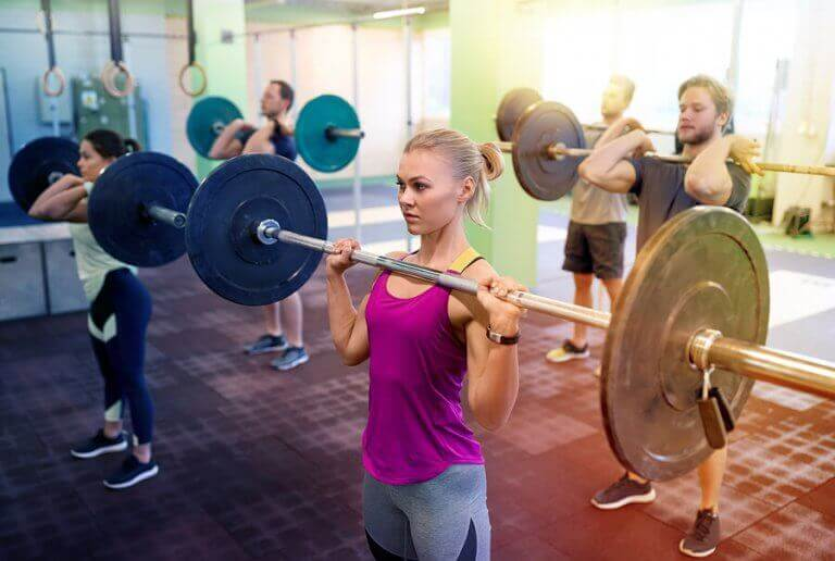 gruppe der træner med vægtstænger