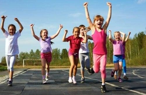 Gruppe af børn med god sportsånd