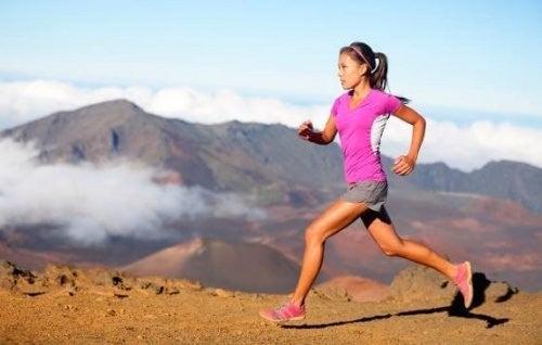 Kvinde løber i bjergene