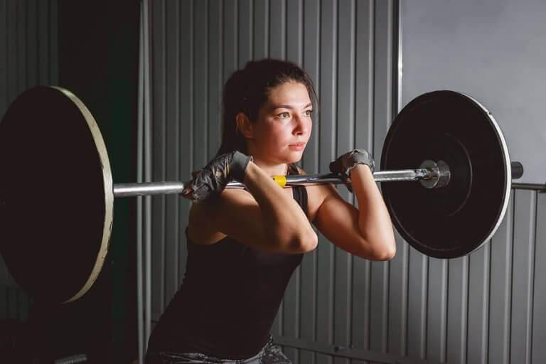 kvinde der laver barbell front squat