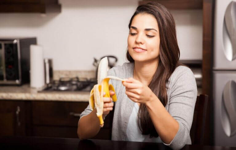 kvinde der skræller en banan