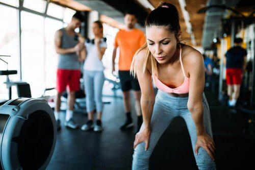 kvinde der er ved at træne i et fitnesscenter
