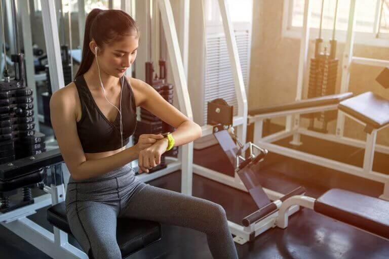 kvinde med sportsur og høretelefoner