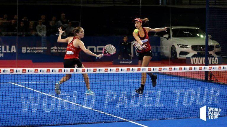 kvinder der spiller tennis
