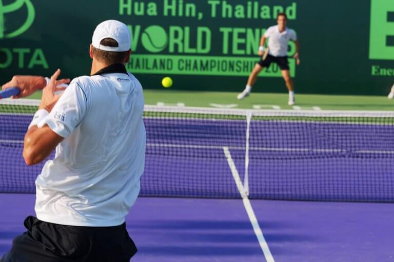 mænd der spiller tennis