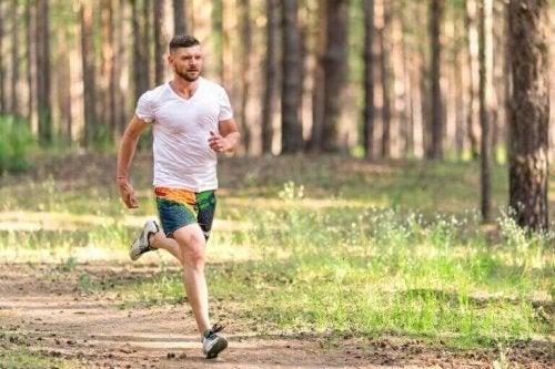 mand der løber i en skov