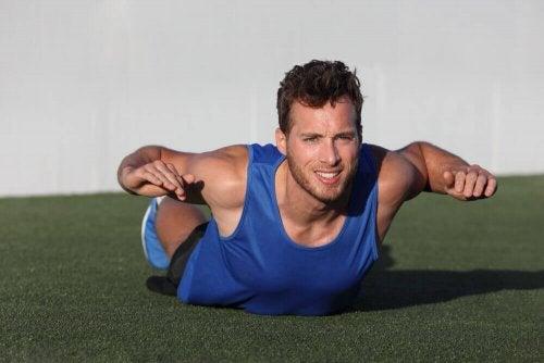 mand der laver øvelse for trapezmusklerne