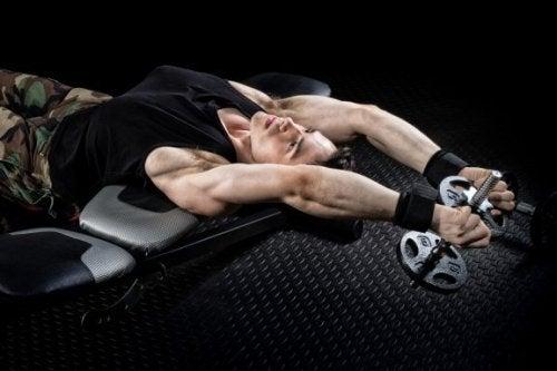 mand der træner med håndvægt