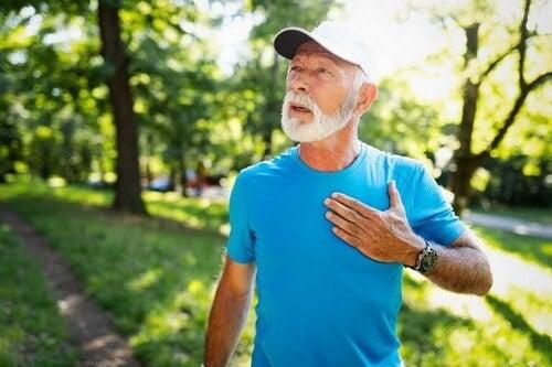 Mand oplever et muligt hjerteanfald