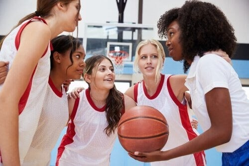 Piger spiller basketball sammen