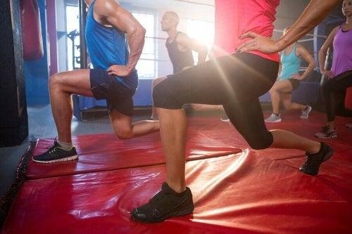 Du kan lave forskellige strækøvelser for at linde dit løberknæ