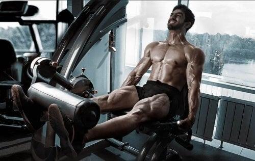 Mand træner sine lår
