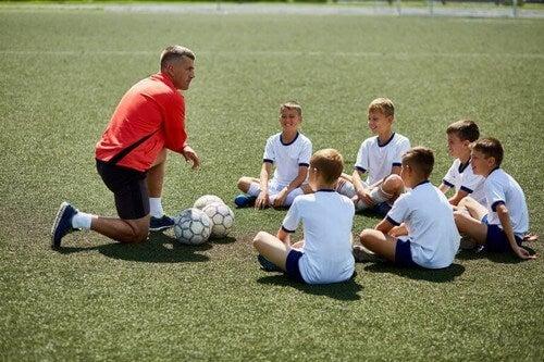 Træner vejleder sit hold af elitefodboldspillere