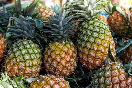En bunke friske ananasser