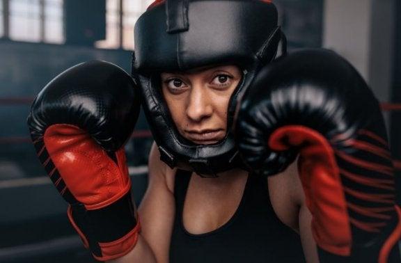 Kvinde med boksehandsker.