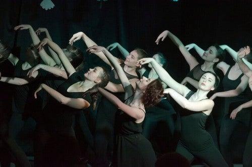 Gruppe opfører et danseshow