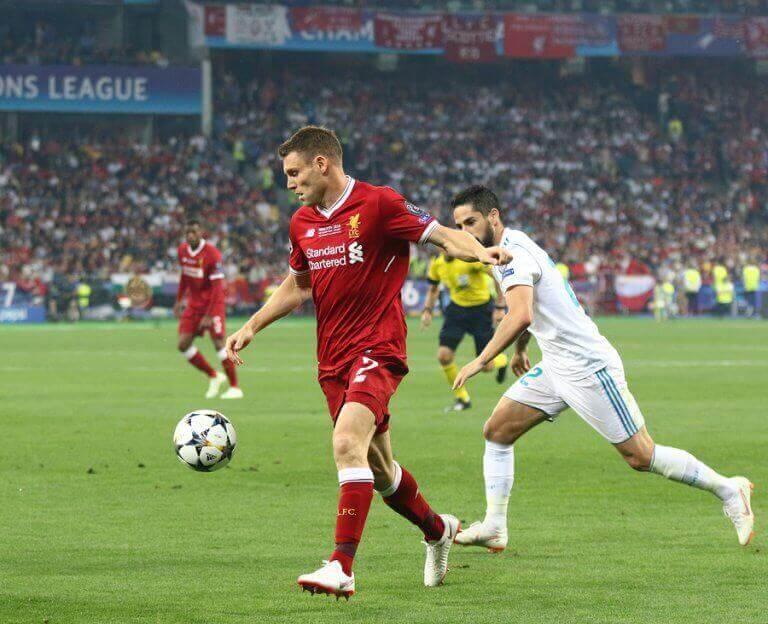 fodboldspillere der kæmper om bolden