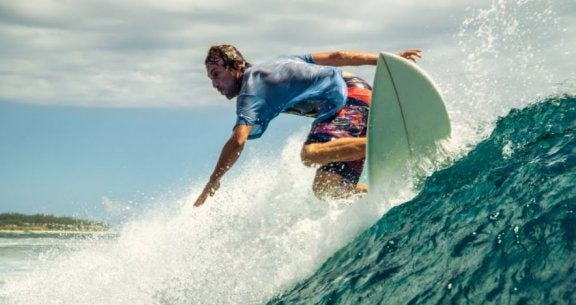 Mand som surfer.