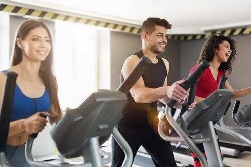 Glade mennesker træner i fitnesscenteret