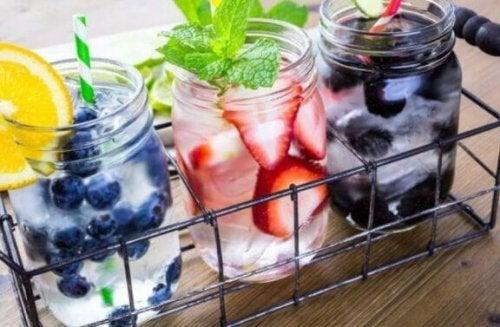 glaskrukker med vand og bær