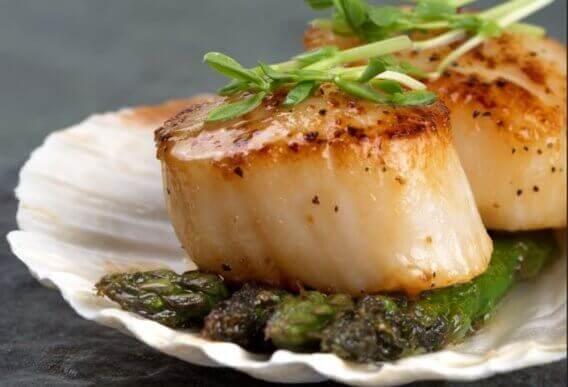 Fisk og skaldyr: Kammuslinger med vild asparges.