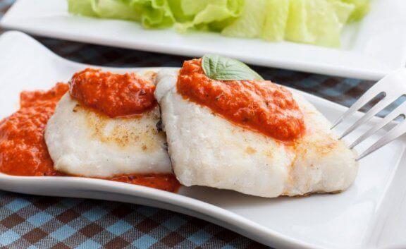 Kulmule fisk i tomatsovs.